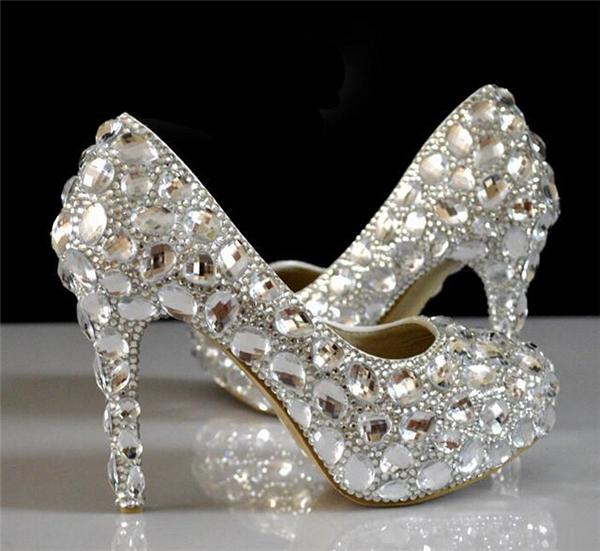 Nếu chiều cao khiêm tốn, bạn có thể chọn đôi giày này làm một lựa chọn tuyệt vời. Bởi vì nó vừa tăng chiều cao mà độ lấp lánh vẫn không kém cạnh những đôi giày xinh đẹp kia.