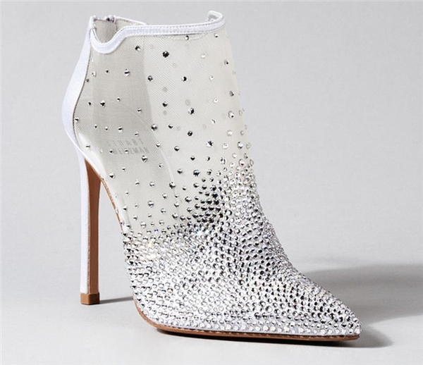 Cá tính nhưng không kém phần kiêu sa, đây là cách mà đôi boot đính đá này thu hút những cô này yêu cá tính nhưng lại thích sự dịu dàng.