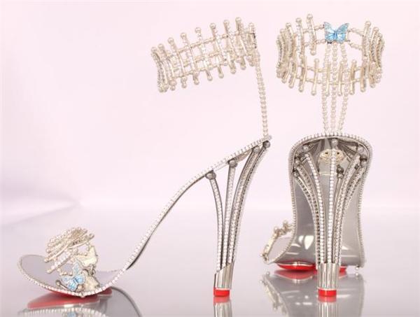 Không bít mũi, không hoa lá hẹ, nhưng đây là một đôi giày quyền lực vô cùng. Bởi vì nó được đính bằng kim cương và xen kim loại không gỉ, giúp cho đôi giày vô cùng sang trọng khó cưỡng.