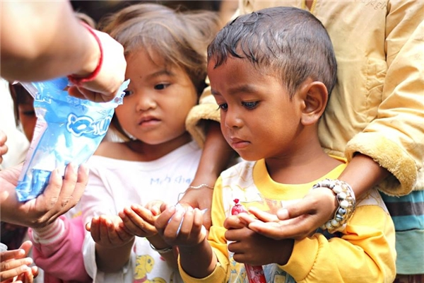Ở vùng quê nghèo khó, một viên kẹo đối với các em nhỏ cũng là cả một gia tài quý báu. (Ảnh: Internet)