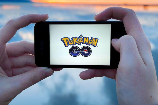 Dừng giữa đường cao tốc để bắt Pokémon. (Ảnh: internet)