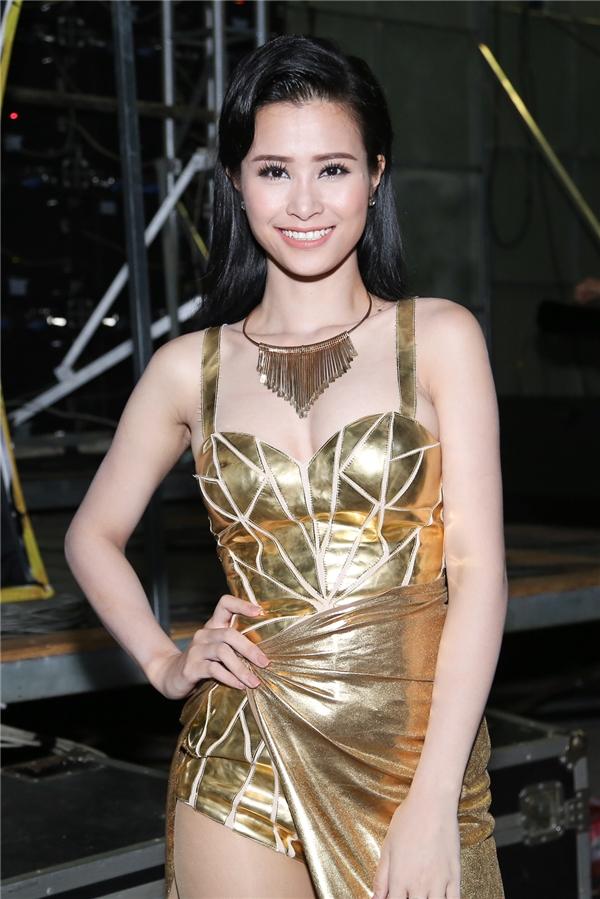 Nữ ca sĩ diện bộ jumsuit vàng ánh kim, mái tóc đen thẳng mượt và nụ cười luôn nở trên môi. - Tin sao Viet - Tin tuc sao Viet - Scandal sao Viet - Tin tuc cua Sao - Tin cua Sao
