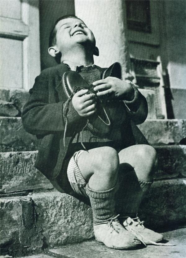 Hình ảnh một cậu bé trai đang tươi cười hạnh phúc tưởng như đơn giản, nhưng ẩn sau đó là một nguyên nhân khiến người người xót xa. Đây là một cậu bé 6 tuổi, sống trong trại trẻ mồ côi tại Áo. Chú bé cười một cách rạng rỡ như vậy, chỉ vì nhận được đôi giày mới từ Hội Chữ thập đỏ Mỹ. Đối với cậu bé, đôi giày mới đó là món quà tốt nhất, quý nhất. (Ảnh Internet)