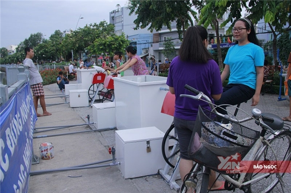 """Biết đến chiếc máy này qua chương trình""""Người đẹp nhân ái"""",Giang Thanh (2001) chia sẻ: """"Vì nhà gần nên hầu như ngày nào hơn 5gem cũng đến đây tập. Máy vừa tốt cho sức khỏe vừa giúp môi trường trong lành hơn""""."""