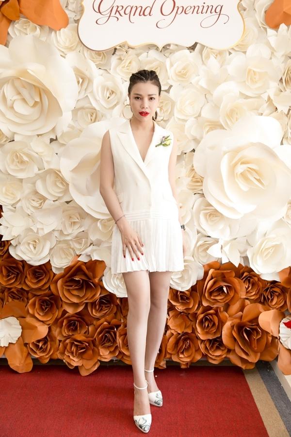 Tông màu trắng càng tôn lên nước da trắng hồng của chân dài.