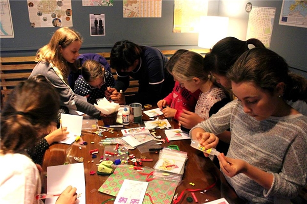 Các lớp học thủ công sáng tạo cho trẻ nhỏ.