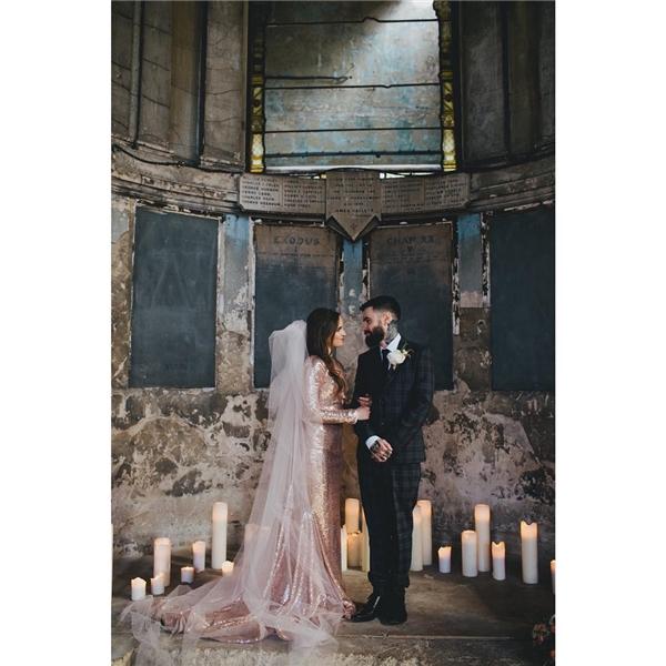 Chiếc đầm ôm ánh kim làm cô dâu trông sang trọng, quý phái gấp bội phần.(Ảnh: Instagram)