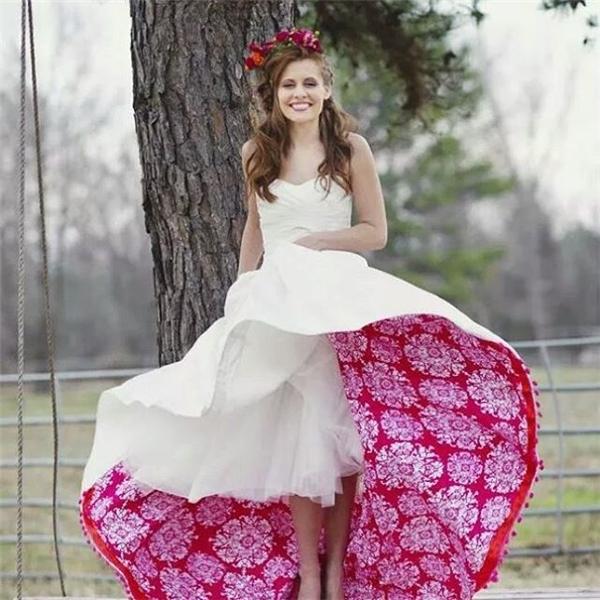 Còn một chiếc váy cưới trắng với điểm nhấn ấn tượng và đầy sáng tạo như thế này thì sao?(Ảnh: Instagram)