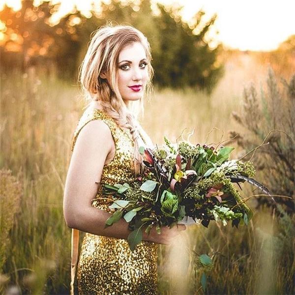 Nếu bạn là một cô gái cá tính mạnh và thích trở thành tâm điểm của sự chú ý, hãy chọn chiếc váy cưới lấp lánh như thế này nhé.(Ảnh: Instagram)