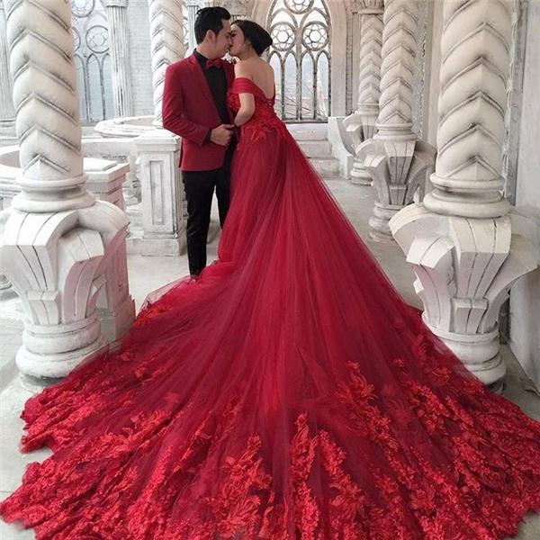Khoác lên mình chiếc váy cưới xòe rộng như một nàng công chúa chẳng phải là niềm mơ ước từ bé của bao cô gái? (Ảnh: Instagram)