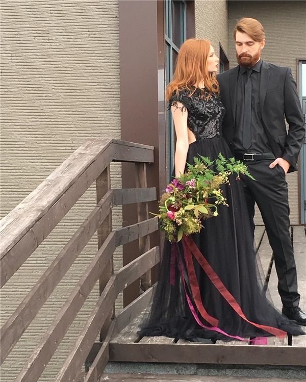 """Các cặp đôi """"cool ngầu"""" có thể học tập cách mặc tông đen nhưng không vô tình biến đám cưới thành...Halloween như cặp đôi này.(Ảnh: Instagram)"""