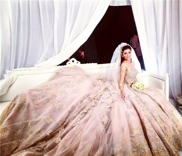 Ai lại không thích chiếc váy cưới đậm chất hoàng gia này nhỉ?(Ảnh: Instagram)