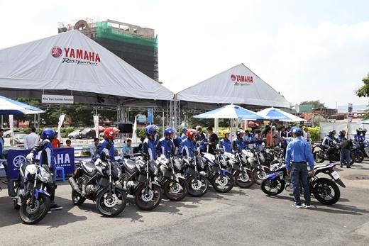 Các chuyên gia của Yamaha đang hướng dẫn kỹ thuật lái xe côn tay.