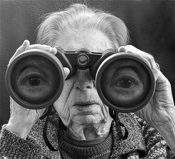 ...mà lại nhìn thế giới bằng đôi mắt vĩ mô và hiền từ.