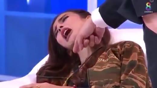 Người mẫu Thái bất ngờ bị ma nhập trên sóng truyền hình trực tiếp