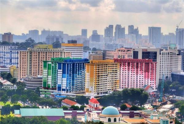 Được xây dựng năm 1997, những tòa nhà đầy sắc màu ở Rochor Centre, Singapore nằm trong danh sách những cảnh quan cần bảo vệ do Ủy ban tái phát triển đô thị, Sở Giao thông vận tải và Sở đất đai Singapore công bố vào năm 2011.(Ảnh: Internet)