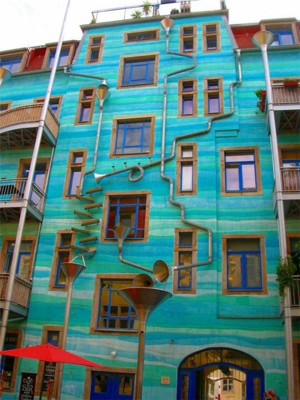 """Bạn có thấy những chiếc kèn trên bức tường không? Nhờ chúng và hệ thống đường ống đặc biệt, ngôi nhà này sẽ """"chơi"""" nhạc mỗi khi trời mưa đấy!(Ảnh: Internet)"""