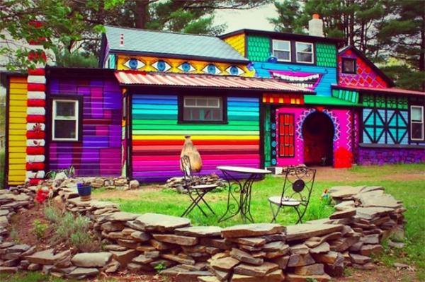 Nhờ tài năng nghệ thuật và đôi tay tài hoa của họa sĩ Kat O'Sulllivan mà từ một ngôi nhà cũ kĩ, ngôi nhà này đã trở thành một tác phẩm vui nhộn, làm sáng bừng cả không gian xung quanh.(Ảnh: Internet)
