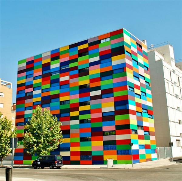 Tòa nhà Carabanchel 24 ở thành phố Madris như những khối gỗ màu sắc đặt chồng lên nhau này mất tận 3 năm để hoàn thành.(Ảnh: Internet)