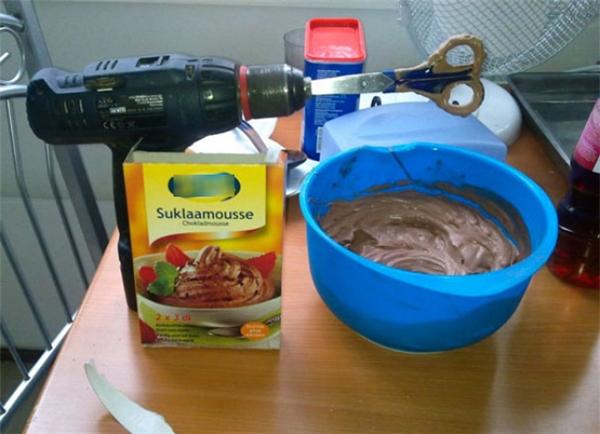 Một ý tưởng tuyệt vời để tiết kiệm chi phí làm bánh: dùng máy khoan làm máy đánh trứng.