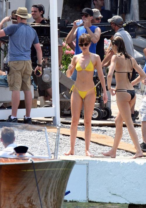 """Dakotamặc bộ bikini vàng nổi bậttrong cảnh quay nóng bỏng này. (Ảnh: Internet)   Trong một cảnh quay yêu cầu """"chàngGrey""""phải massage cho cô nàng, cảnh quay này được hướng dẫn rất kĩ. (Ảnh: Internet)   Cả hai đang được chỉ đạo trước khi bước vào một cảnh quay nóng bỏng. (Ảnh: Internet)   Ở tuổi 26,Dakotađang sở hữu một thân hình cực kì bốc lửa. (Ảnh: Internet)   Bộ bikini màu vàng hoàn toàn tôn lên những đường cong hút hồn của cô đào. (Ảnh: Internet)   Bộ phim này có những cảnh nóng bỏng đến mức... vợ củaJamie Dornancũng phải đến trường quay để tiện """"theo dõi"""" chồng! (Ảnh: Internet)"""