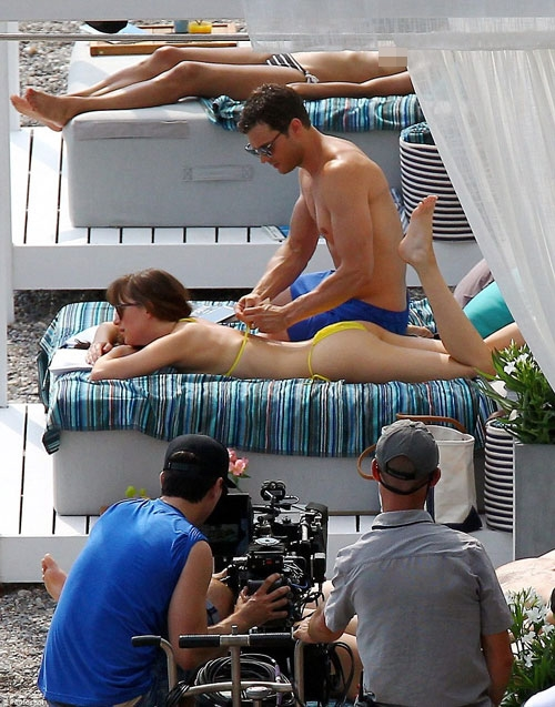 Cũng là một diễn viên nênAmelia Warnercũng hiểu được và thông cảm cho chồng. Ngoài giờ quay phim, hai vợ chồng cũng tranh thủ thời gian nghỉ ngơi để tắm biển. (Ảnh: Internet)   ChàngGreyđang dần dần trút bỏ quần áo của nàng Ana.(Ảnh: Internet)