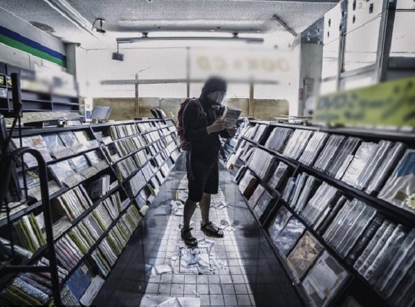 Một cửa tiệm CD, vẫn bày trên kệ những albumtừ năm 2011.