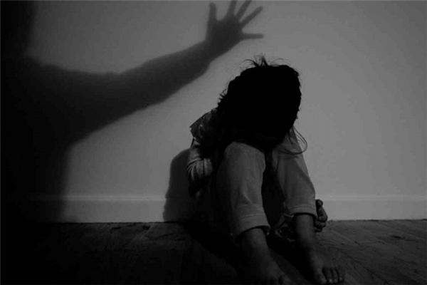 Cô bé bị chính cha mình lạm dụng thân thể.