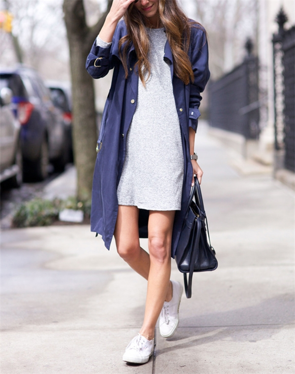 Mang sneaker kèm đầm thun suông + trench coat sẽ mang đến tổng thể hài hòa, rất hợp với những nàng theo phong cách sporty chic. Hơn nữa, bộ trang phục này còn rất hợp với nhiều vóc dáng và che đi khuyết điểm rất tốt.