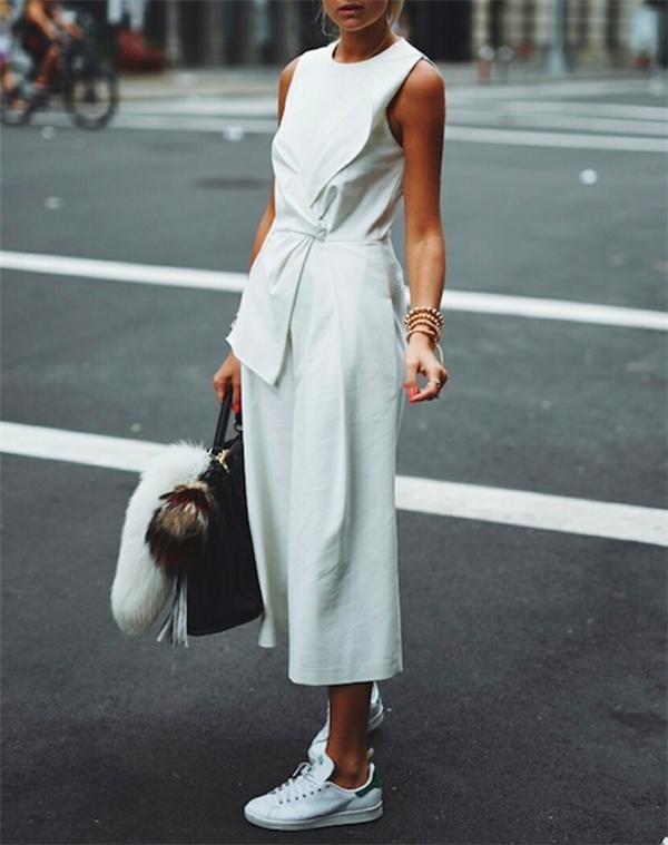 """Chiếc quần culottes một thời """"làm mưa làm gió"""" là lựa chọn vô cùng ăn ý cho sneaker trắng. Các nàng yêu thích sự thanh lịch có thể tham khảo cách phối """"white-on-white"""" như ảnh trên."""