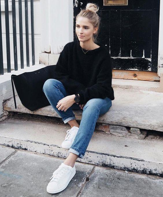 Quần jeans xắngấu + Áo thun: Đây có lẽ là kiểu phối phổ biến nhất với tất cả các loại sneaker. Bạn có thể làm nổi bật set đồ bằng cách mang thêm vòng tay hoặc 1 chiếc túi đeo chéo.