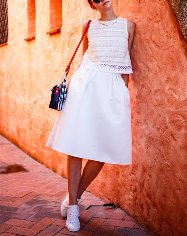 Một gợi ý tuyệt vời cho những ngày hè oi ả là áo sơ mi croptop kết hợp cùng váy midi. Bạn sẽ trông dịu dàng và nữ tính hơn rất nhiều đấy!