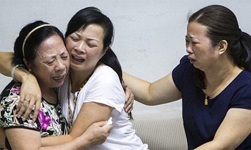 Cô Lei ôm chầm lấy mẹ ruột của mình.