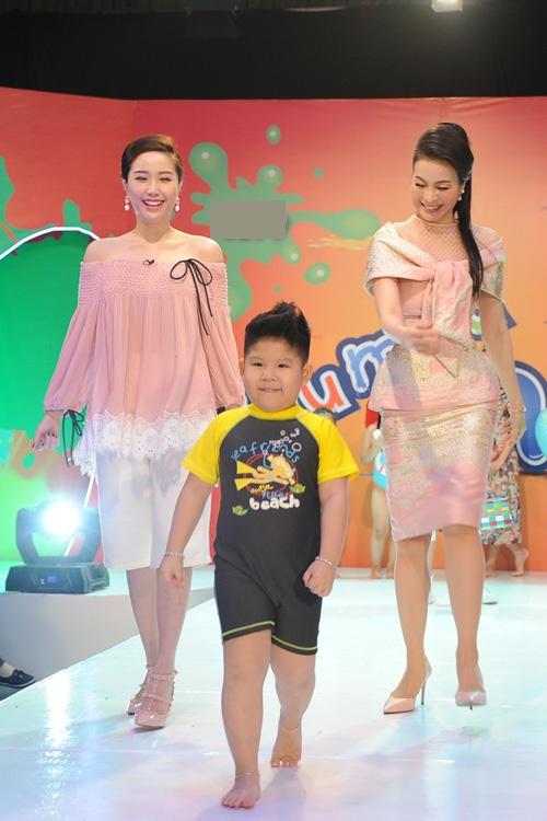 Bảo Thy giấu đường cong trong dáng áo ren rộng kết hợp quần lửng trẻ trung, năng động.