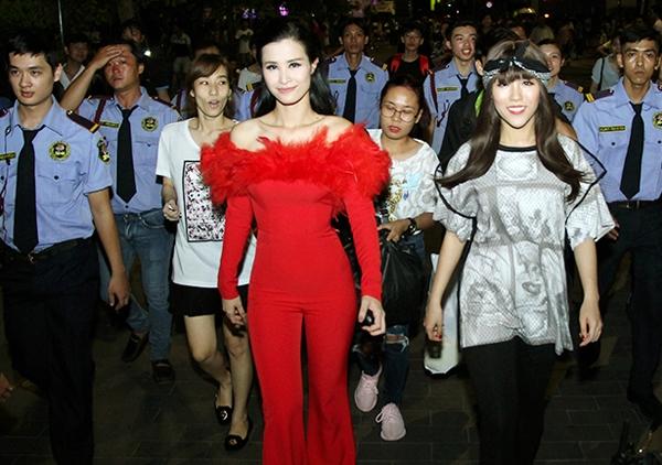 Đông Nhi và cả cây đỏ rực rỡ, nổi bật trong một đêm tiệc âm nhạc gần đây. Phần lông đính kết giúp bộ trang phục bớt đơn điệu.