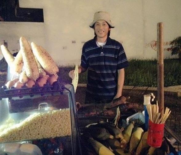 Hoài Linh dí dỏm đóng vai bán khoai ngô dạo.