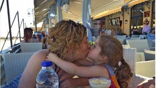 Victoria Beckham gây tranh cãi vì bức ảnh hôn môi con gái