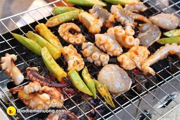 Đúng với chủ đề, các món hải sản nướng luôn là sự lựa chọn hàng đầu vào những ngày mưa! Còn gì tuyệt vời hơn khi nhâm nhi những món nướng nóng hổi chấm vớimuối ớt xanh.