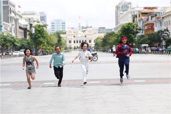 Gia Khiêm cười tít mắt, cõng Hồ Văn Cường làm