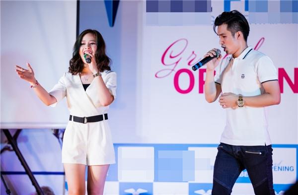 Tại sự kiện, Dương Hoàng Yếnvà Hà Anh cũng gửi đến khán giảmột số ca khúc khá được yêu thích của haingười trong thời gian qua như A whole new world và Chiếc khăn piêu.