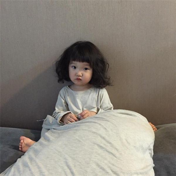 Biểu cảm đáng yêu của cô bé Hàn Quốc đốn tim hàng triệu cư dân mạng