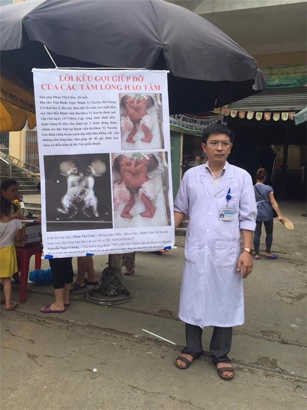 Bác sĩ Chung đứng kêu gọi các nhà hảo tâm giúp đỡ cho hoàn cảnh đáng thương của hai bé ở chợ huyện.(Ảnh Internet)