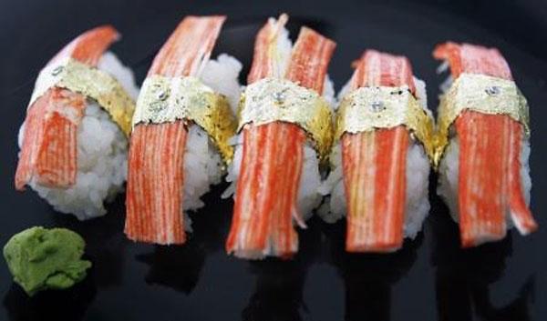 Món shushi đắt nhất thế giới được ghi trong sách kỉ lục Guinness do đầu bếp người Philippines Angelito Araneta chế biến. Món ăn xa xỉ này bao gồm cá hồi Na Uy, gan ngỗng, nhụy hoa nghệ tây cùng với những viên ngọc trai và kim cương được đặt bên trên và quấn bằng những lá vàng tinh khiết dát mỏng. Được biết mỗi miếng sushi có giá 1.800 USD (40 triệu VND).
