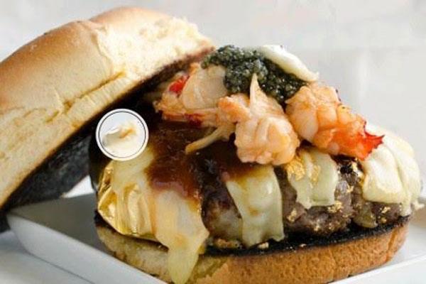 Chiếc hamburger đắt nhất thế giới mang tên Douche Burger do cửa hàng 666 Burger tạiNew York Mỹ tạo ra, nhân bánh gồm thịt bò Kobe, phô mai Gruyere, số BBQ, muối đá từ dãy Himalayas, trứng cá muối, gan ngỗng, tôm hùm và nấm cục. Điểm đặc chiết của chiếc burger này chính là những mảnh vàng lá được trộn chung với thịt bò tạo ra ánh sáng lấp lánh. Giá mỗi chiếc bánh cao cấp này là 666 USD (1 triệu 500 nghìn đồng).