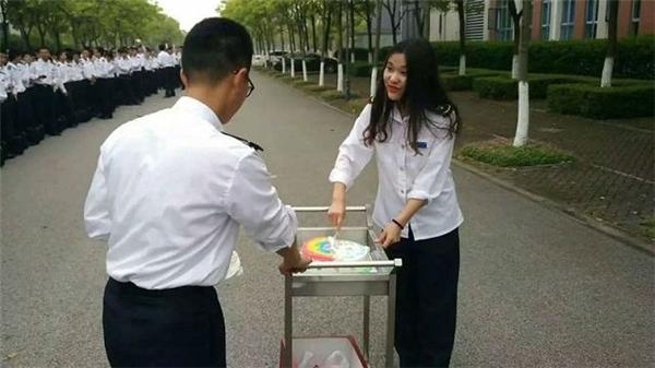 Ngô Tấn luôn luôn được các sinh viên khác trong trường quan tâm giúp đỡ.