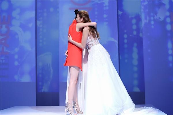 Sau màn trao đổi, tranh luận cũng như lắng nghe tâm tư của thí sinh, Phạm Hương quyết định giữ Lily Nguyễn và loại Thu Hiền.