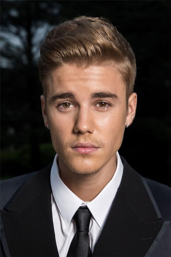 5/2014, chỉ sau 2 năm mà Justin đã trưởng thành đến không ngờ. Cũng vẫn làmái tóc được vuốt keo bóng loáng, nhưng lại theo một phong cách khác khiến anh chàng càng lịch lãm và nam tính hơn hẳn. (Ảnh Internet)
