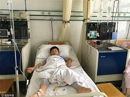Để đủ số cân nặng làm phẫu thuật hiến tuỷ cứu bố, cậu bé 8 tuổi đã dũng cảm làm mọi việc .