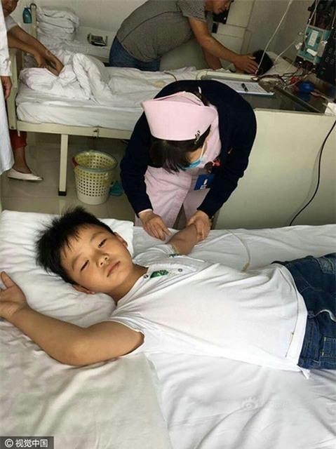 Cậu bé lớp 3 hiếu thảo đã lên kế hoạch ăn liên tục và không ngừng rèn luyện sức khoẻ để đủ điều kiện phẫu thuật.