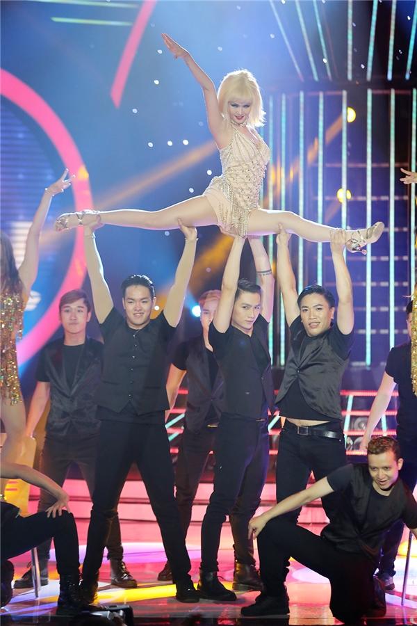 Các khán giả tại trường quay đã vỗ tay cổ vũ khi Võ Hạ Trâm có màn vũ đạo sexy, đặc biệt là nhào lộn trên không. - Tin sao Viet - Tin tuc sao Viet - Scandal sao Viet - Tin tuc cua Sao - Tin cua Sao